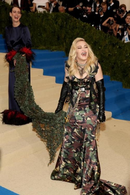 Madonnapaulsonmetgala0205b