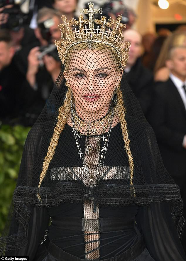 4BF4C94C00000578-5701855-Gothic_chic_Madge_decked_herself_out_in_a_black_netted_veil_popp-m-100_1525742027382
